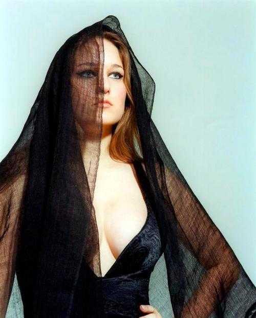 Leelee Sobieski sexy side boobs pics