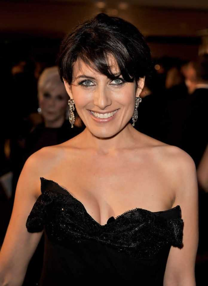 Lisa Edelstein sexy cleavage pics