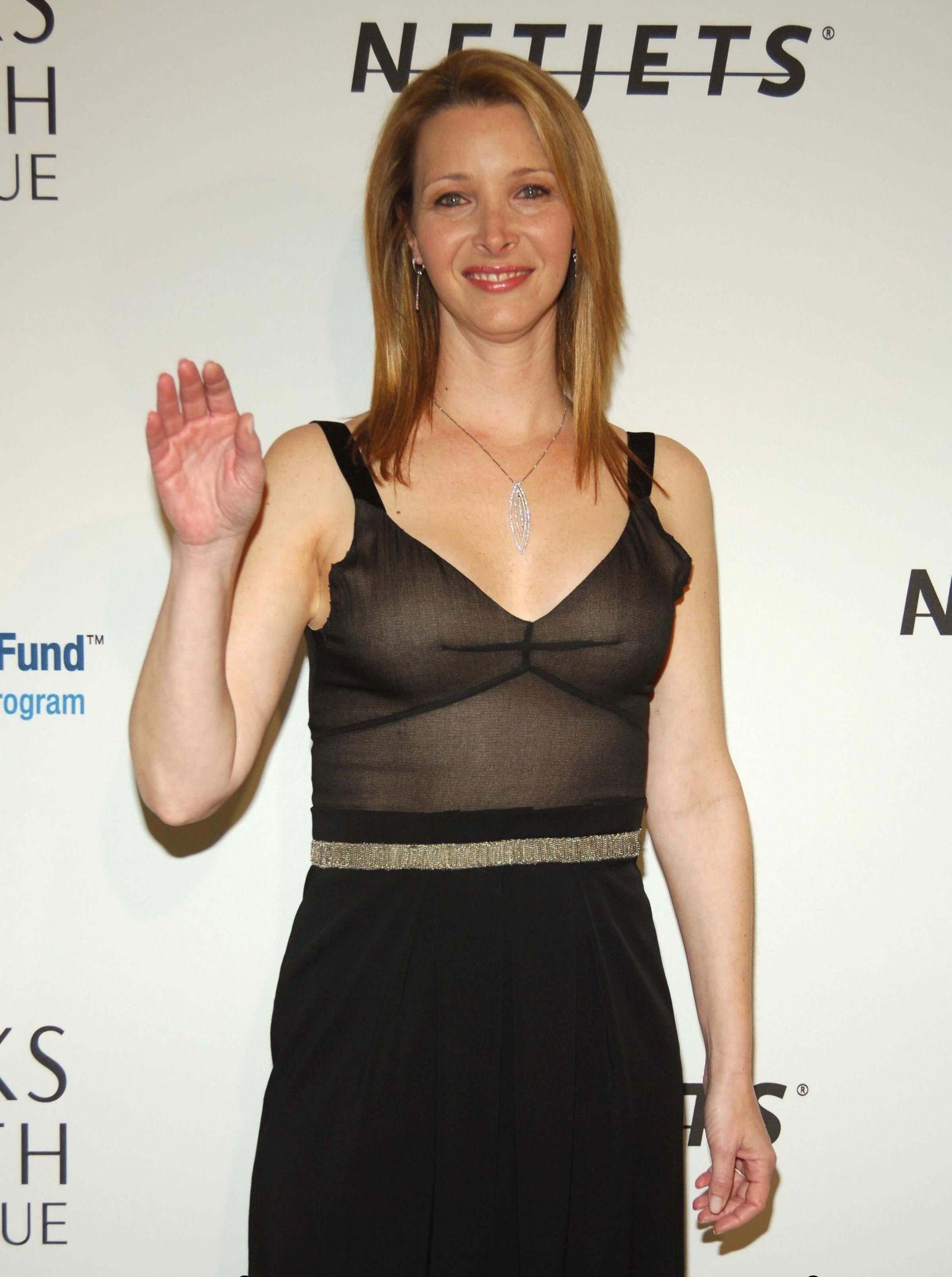 Lisa Kudrow hot cleavage (2)