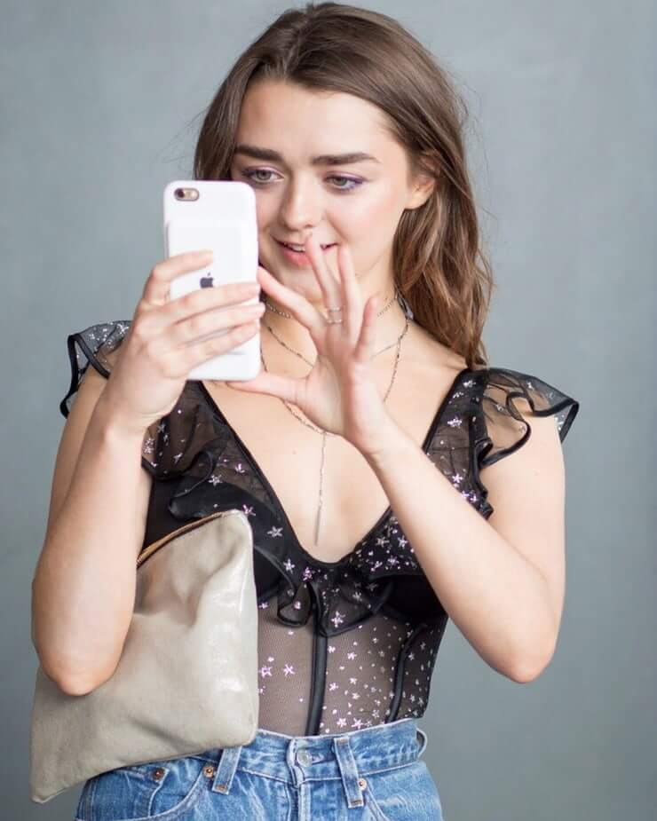 Maisie Williams hot