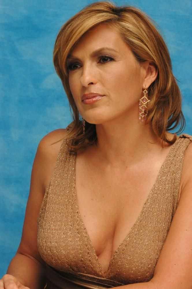 Mariska Hargitay hot cleavage