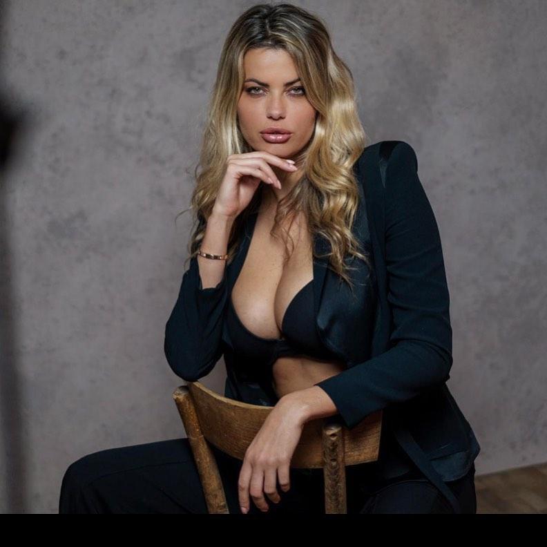 Natalia Bush sexy cleavage pics