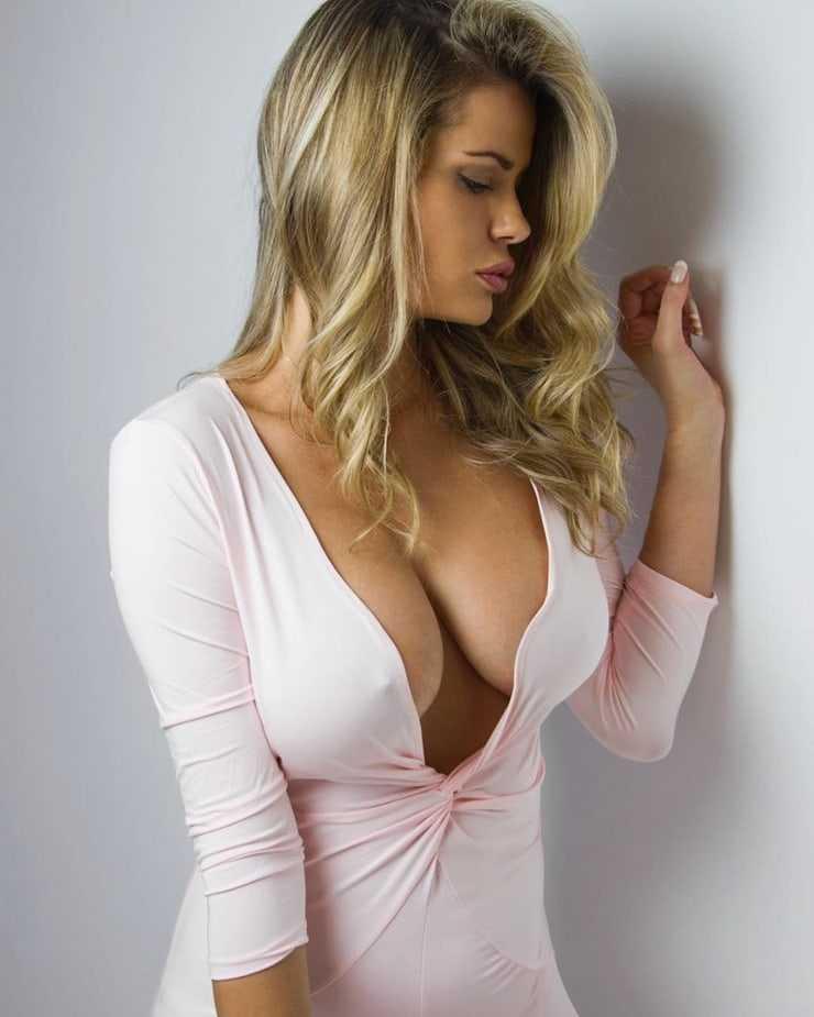 Natalia Bush sexy side boobs pics