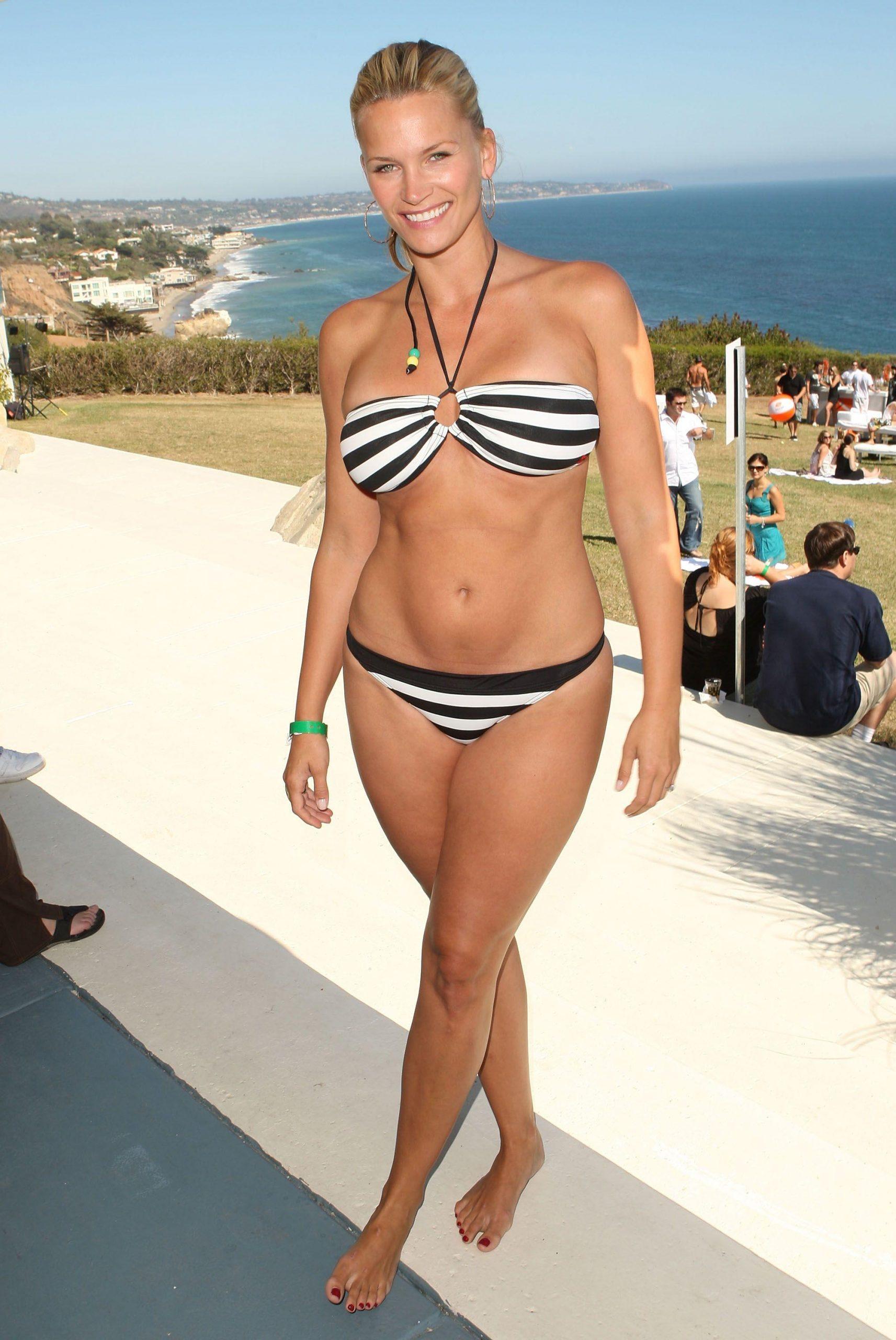 Natasha Henstridge sexy bikini pics