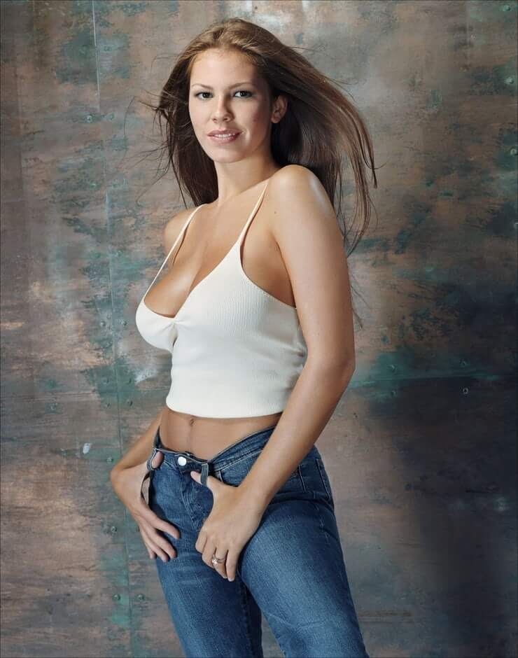 Nikki Cox sexy side boobs pics
