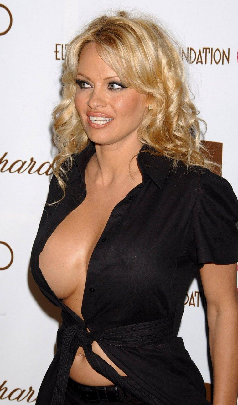 Pamela Anderson sexy side boobs pics