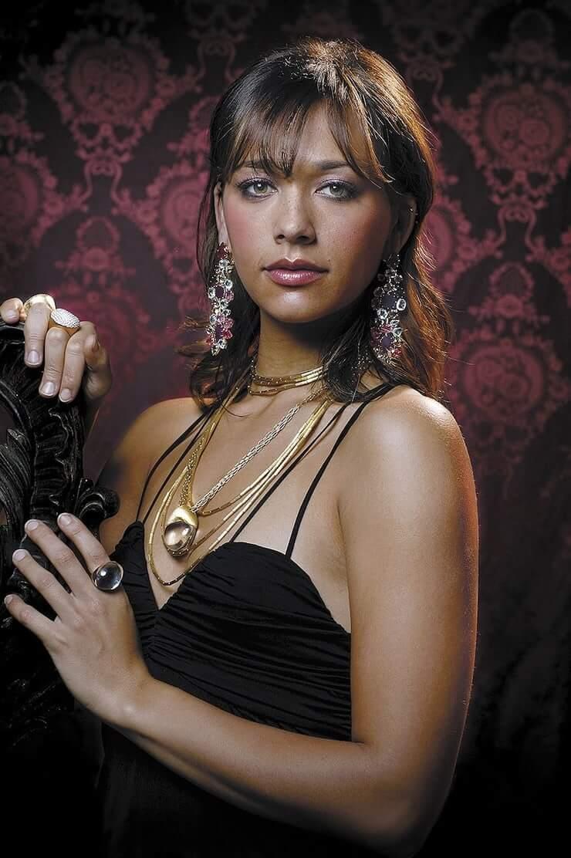 Rashida Jones busty pics