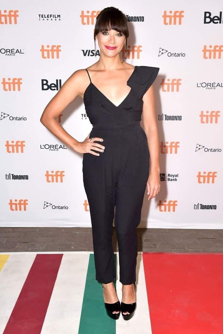 Rashida Jones sexy black dress pics
