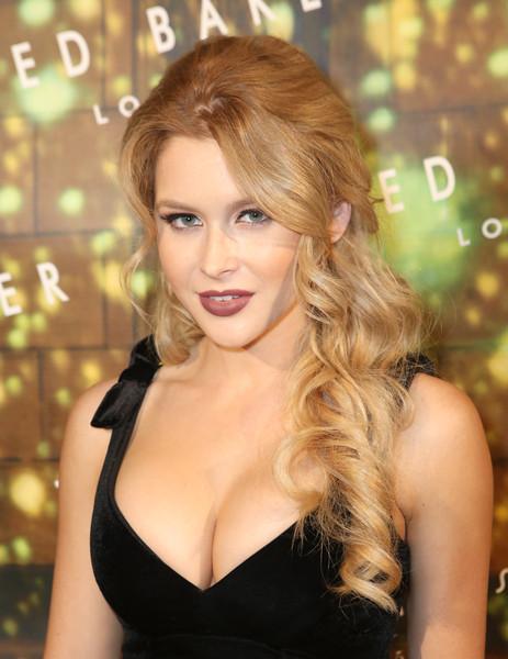 Renee Olstead sexy cleavage pics