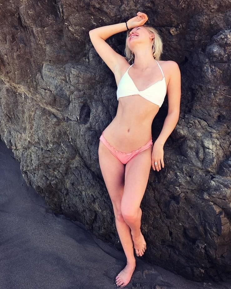 Sarah Grey cleavages pics
