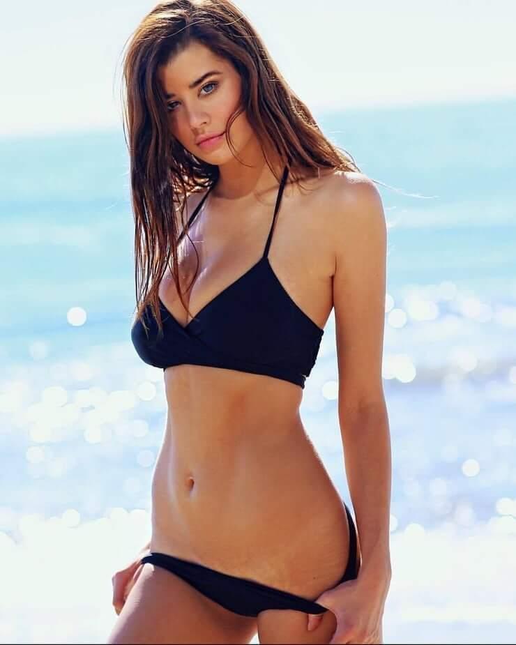 Sarah McDaniel sexy look pics
