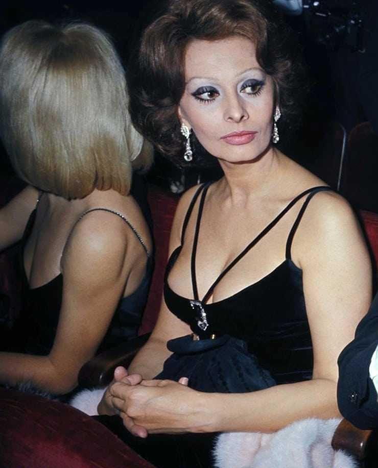 Sophia Loren sexy side boobs pics
