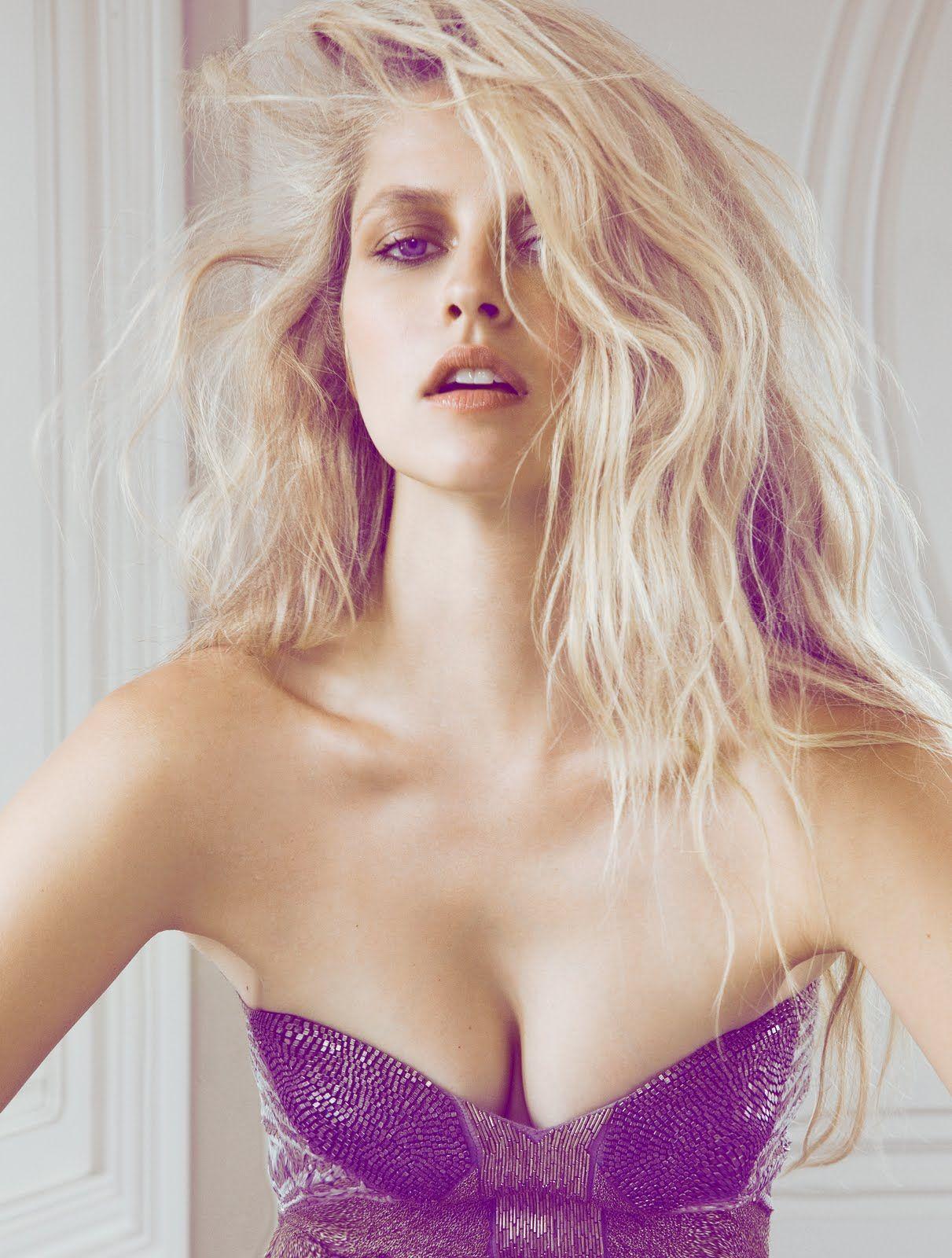 Teresa Palmer sexy cleavage pics