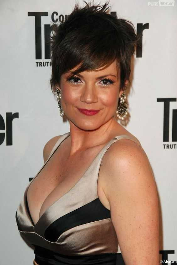 Zoe McLellan sexy cleavage pictures