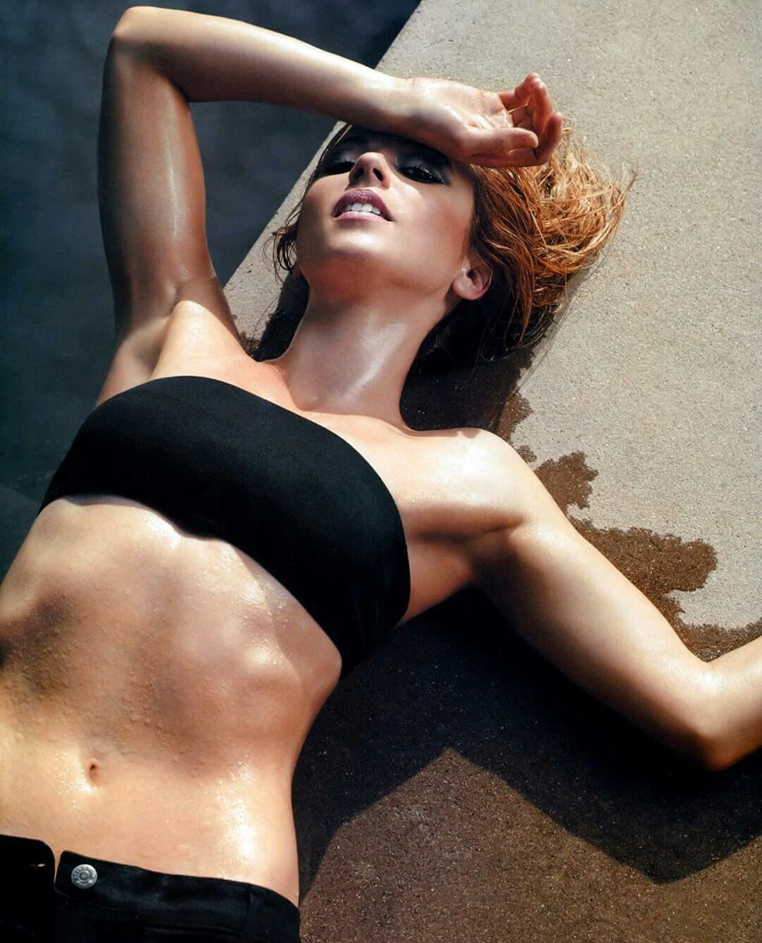 linda cardellini hot bikini pics