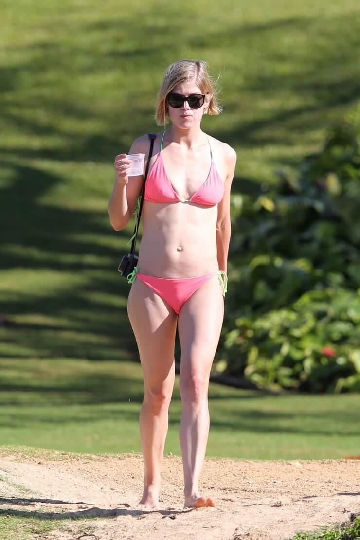 rosamund pike bikini pic