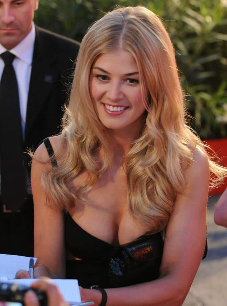 rosamund pike sexy cleavage