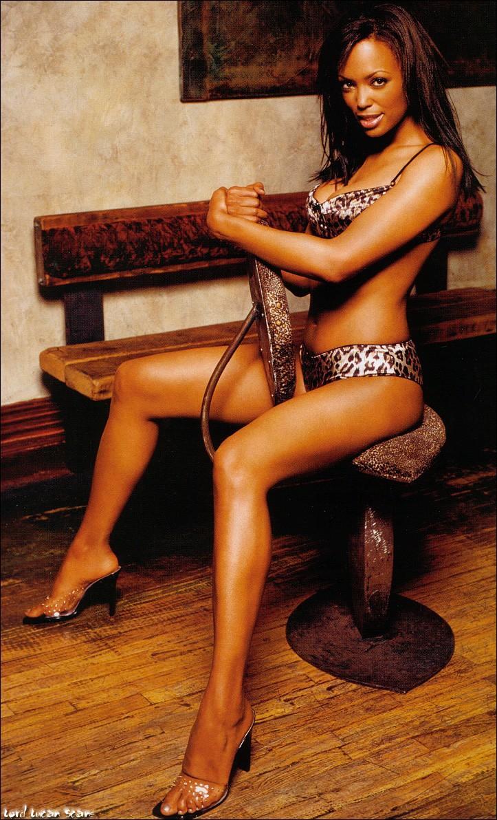 Aisha Tyler hot bikini pics