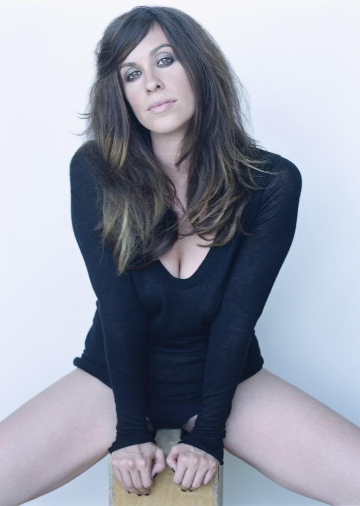 Alanis Morissette hot look (2)