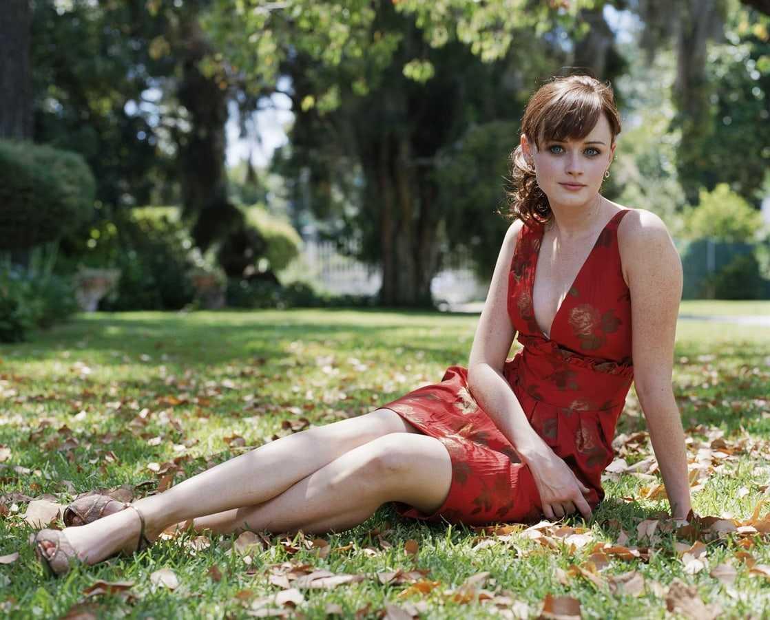 Alexis Bledel sexy cleavage pics (2)