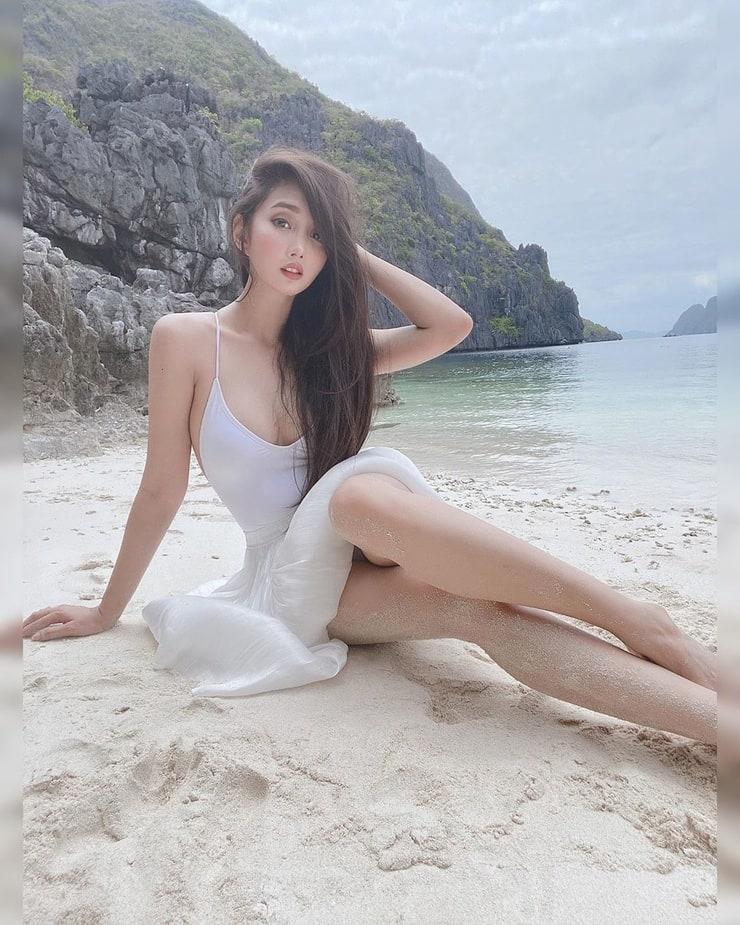 Alodia Gosiengfiao cleavage pic (1)