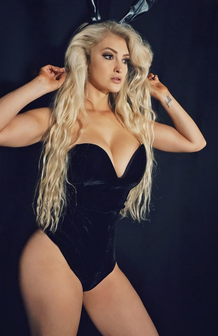 Anna Faith sexy look pics