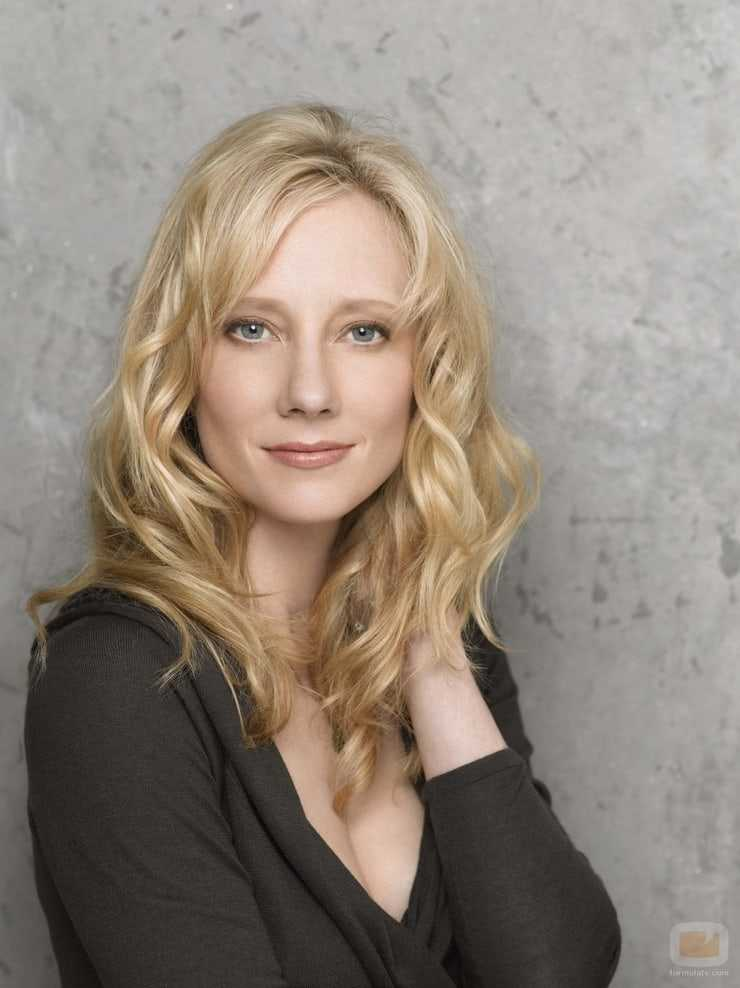 Anne Heche sexy side boobs pics