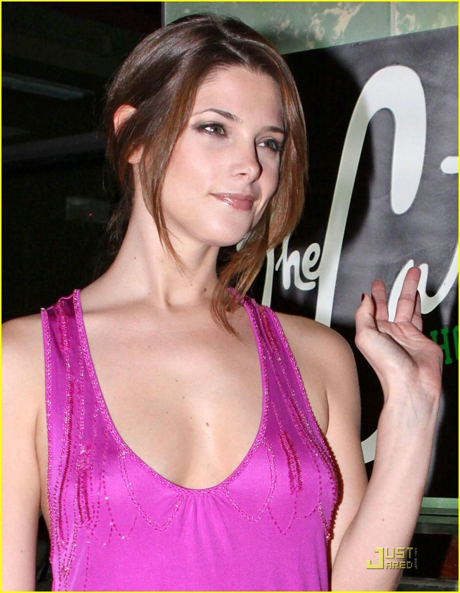 Ashley Greene sexy look pics