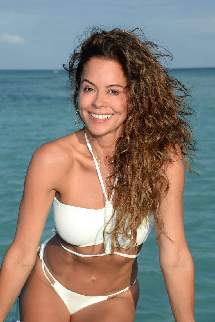 Brooke Burke-Charvet hot cleavage (2)