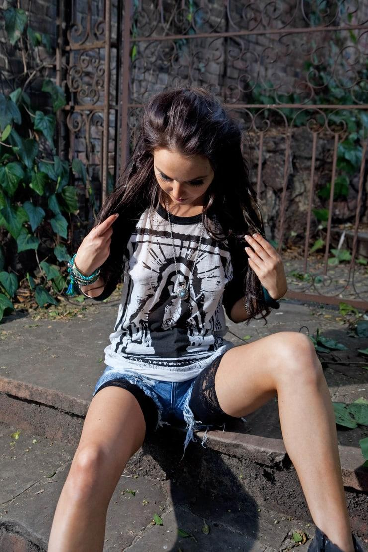Camilla Luddington hot thigh pics
