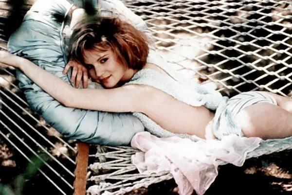Jennifer Jason Leigh near nude pics