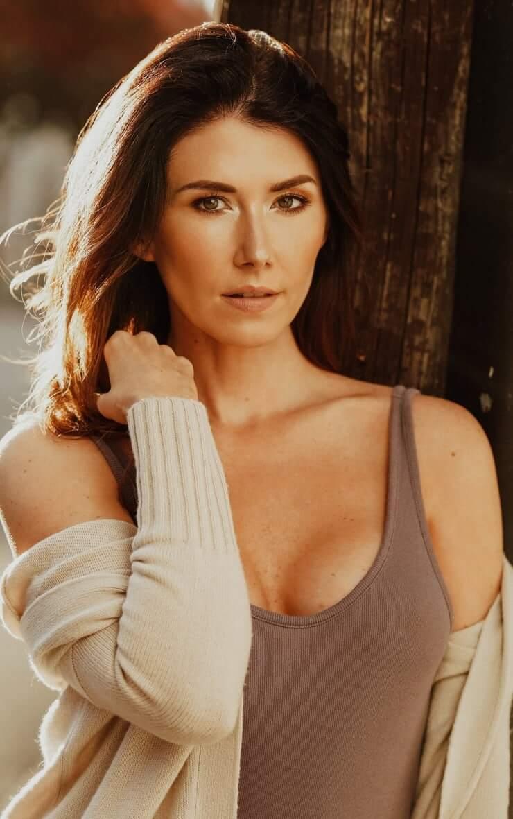 Jewel Staite cleavage (2)