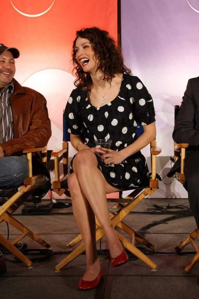 Joanne Kelly sexy legs pics