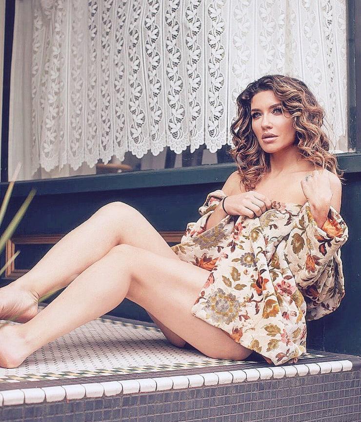 Juliana Harkavy sexy legs pics