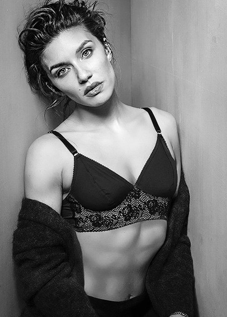 Juliana Harkavy sexy looks pics