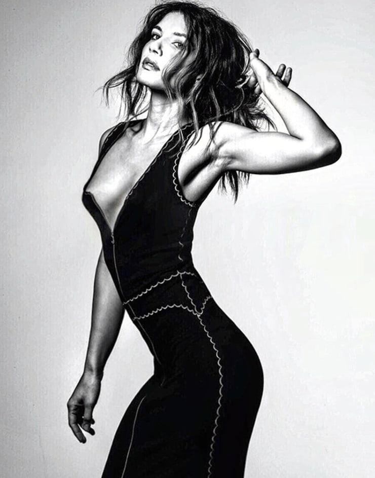 Juliana Harkavy side boobs pics