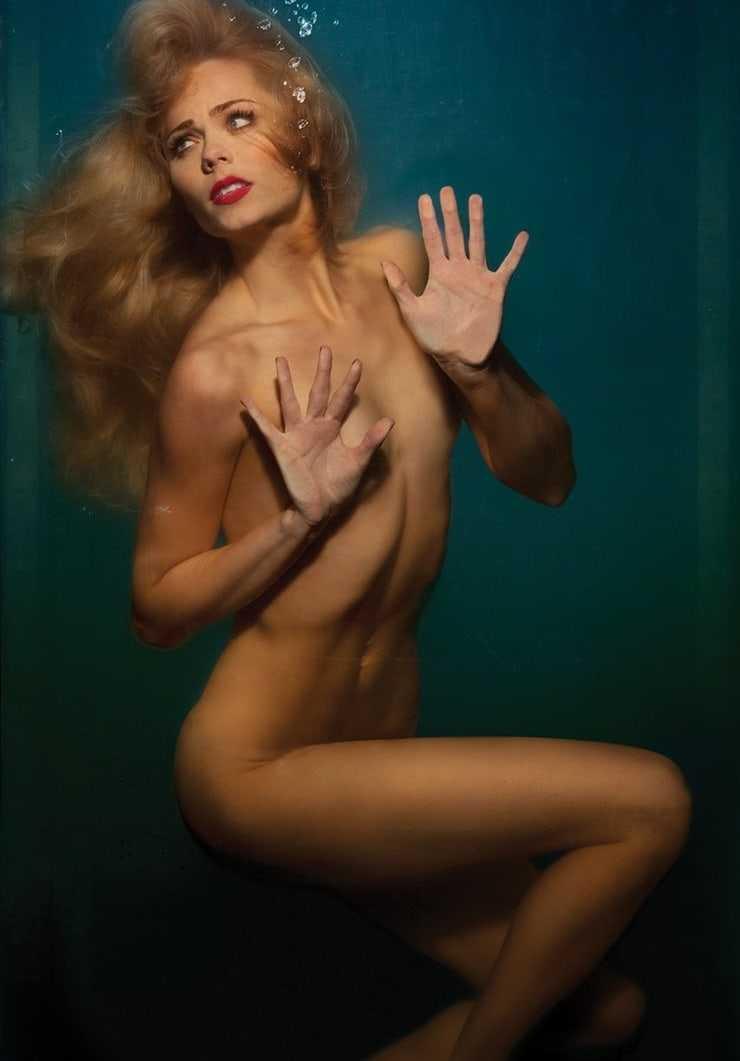 Laura Vandervoort sexy near nude pics