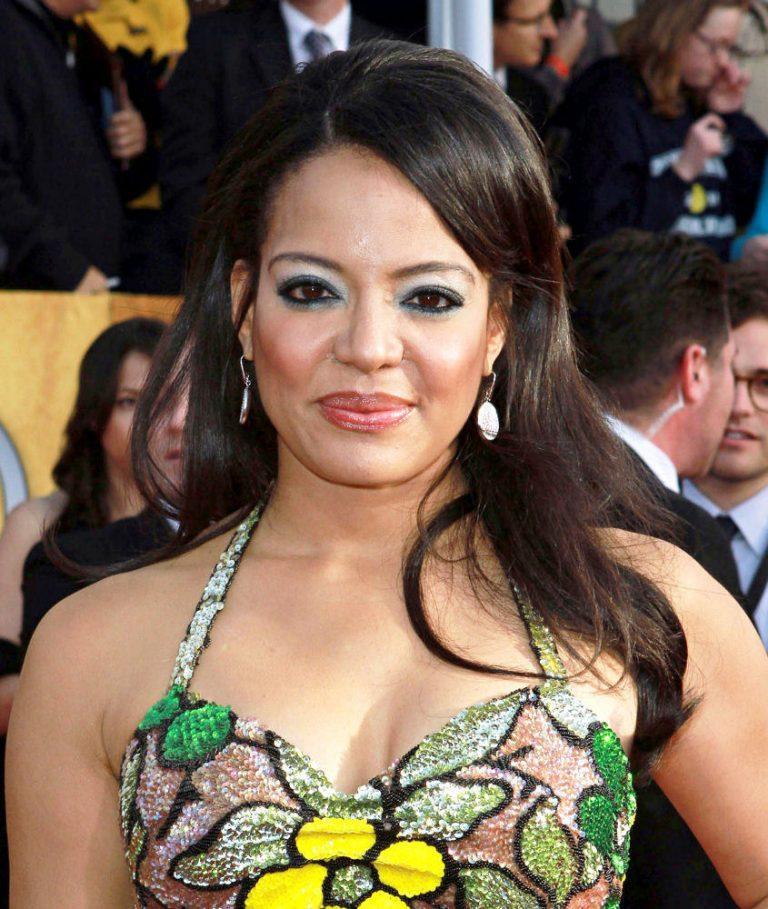Lauren Vélez tits