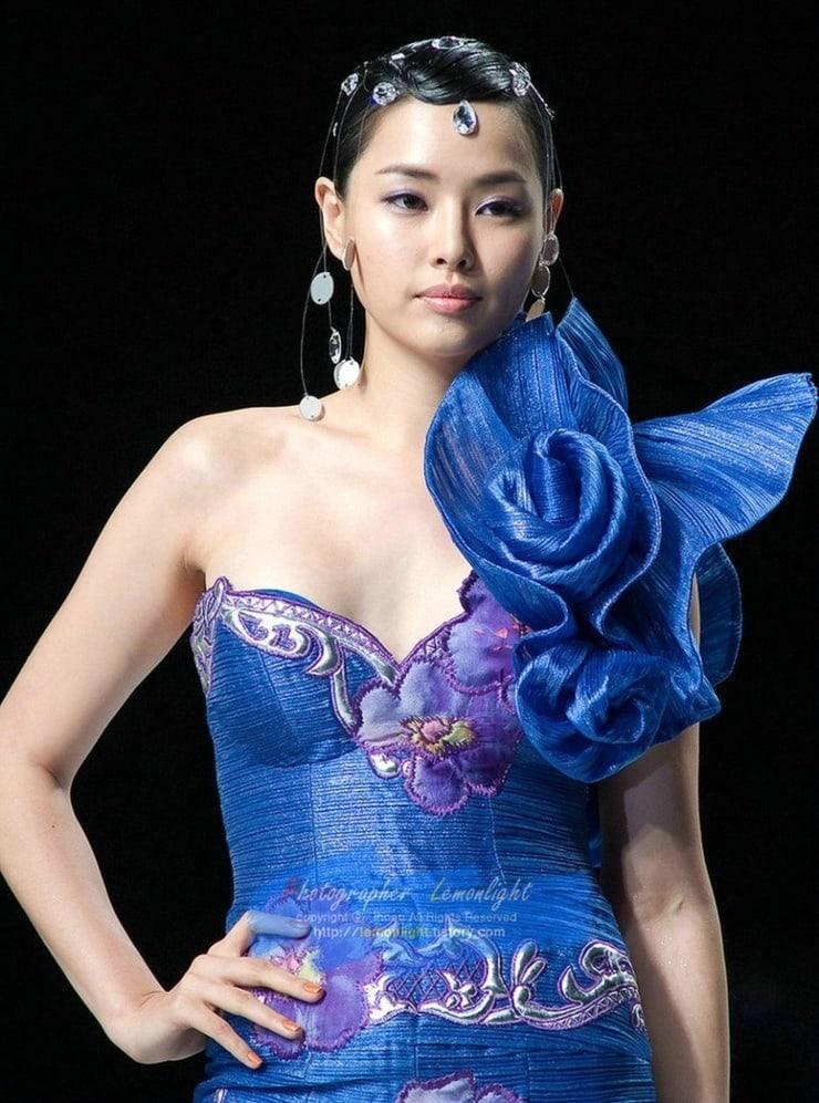 Lee Ha-nui sexy cleavage pics