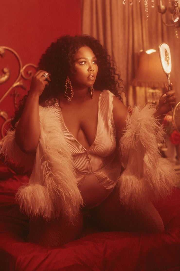 Lizzo sexy cleavage (1)