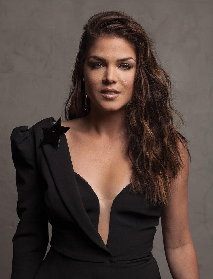 Marie Avgeropoulos hot look