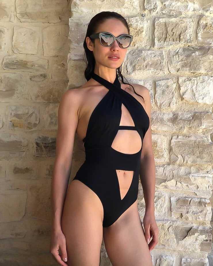 Olga Kurylenko sexy black lingerie pics