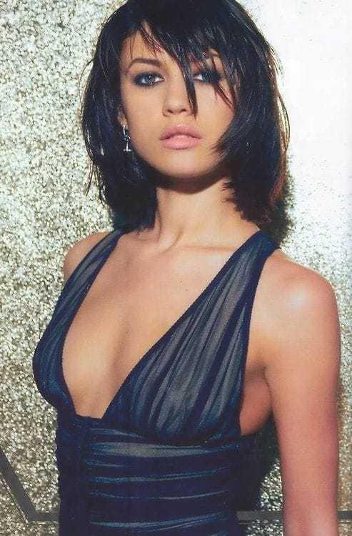 Olga Kurylenko sexy side boobs pics