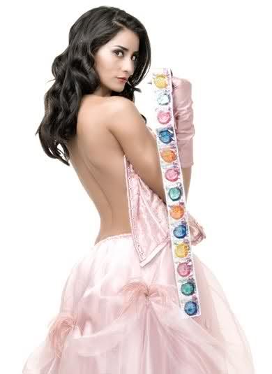 Paola Núñez sexy cleavage