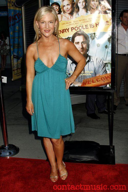 Rachael Harris sexy cleavage pics