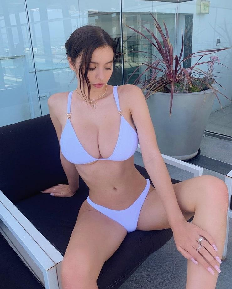 Sophie Mudd tits pics (1)