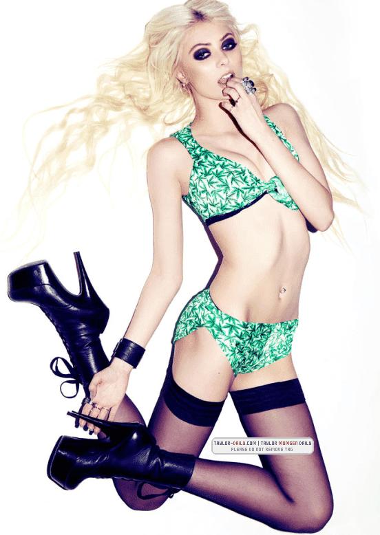 Taylor Momsen sexy bikini pics