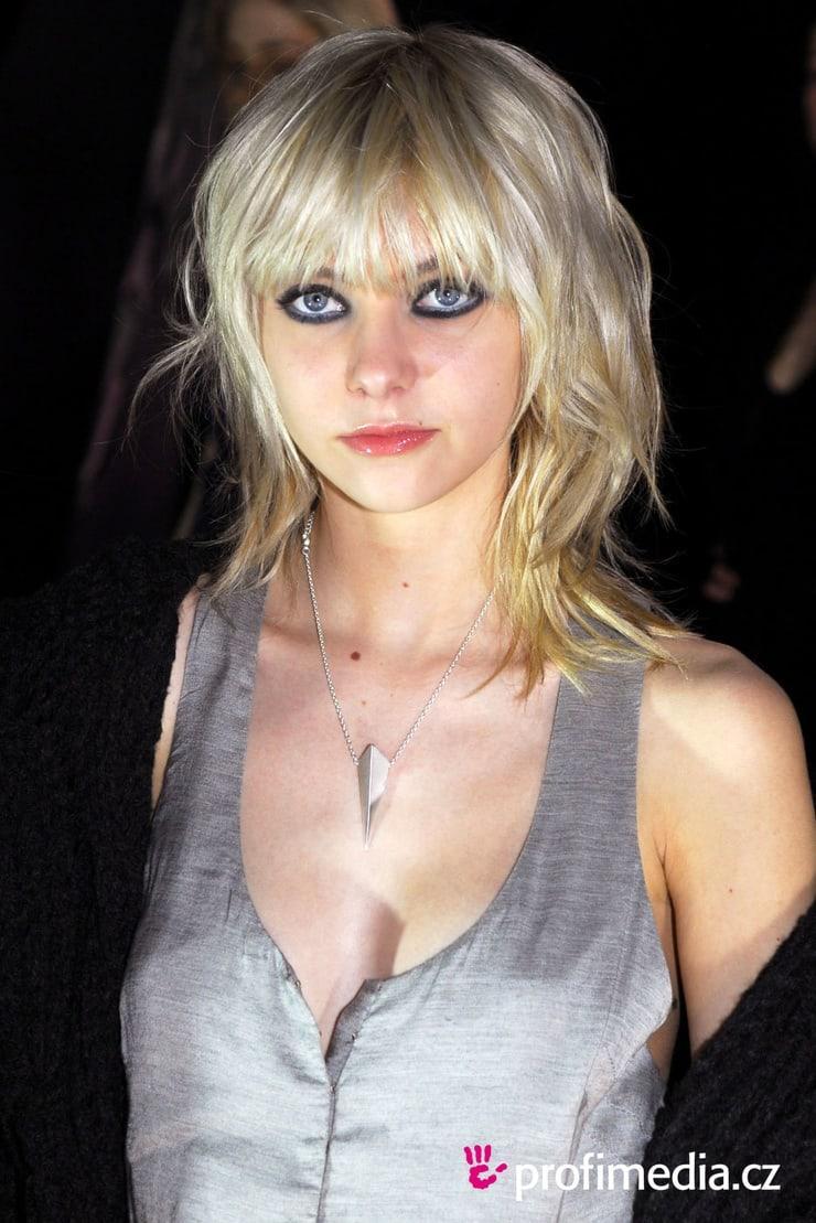 Taylor Momsen sexy look pics