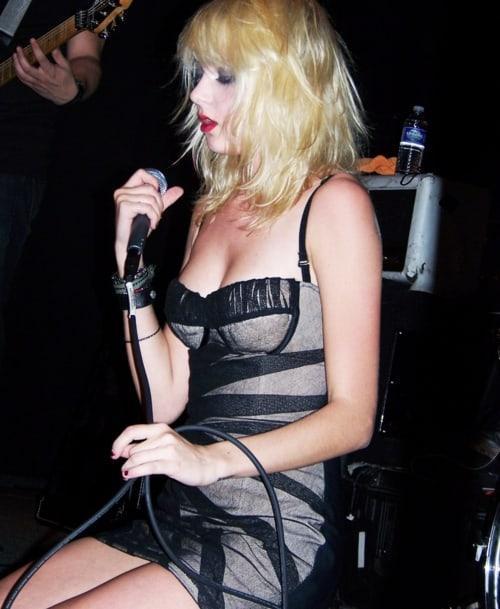 Taylor Momsen sexy side boobs pics