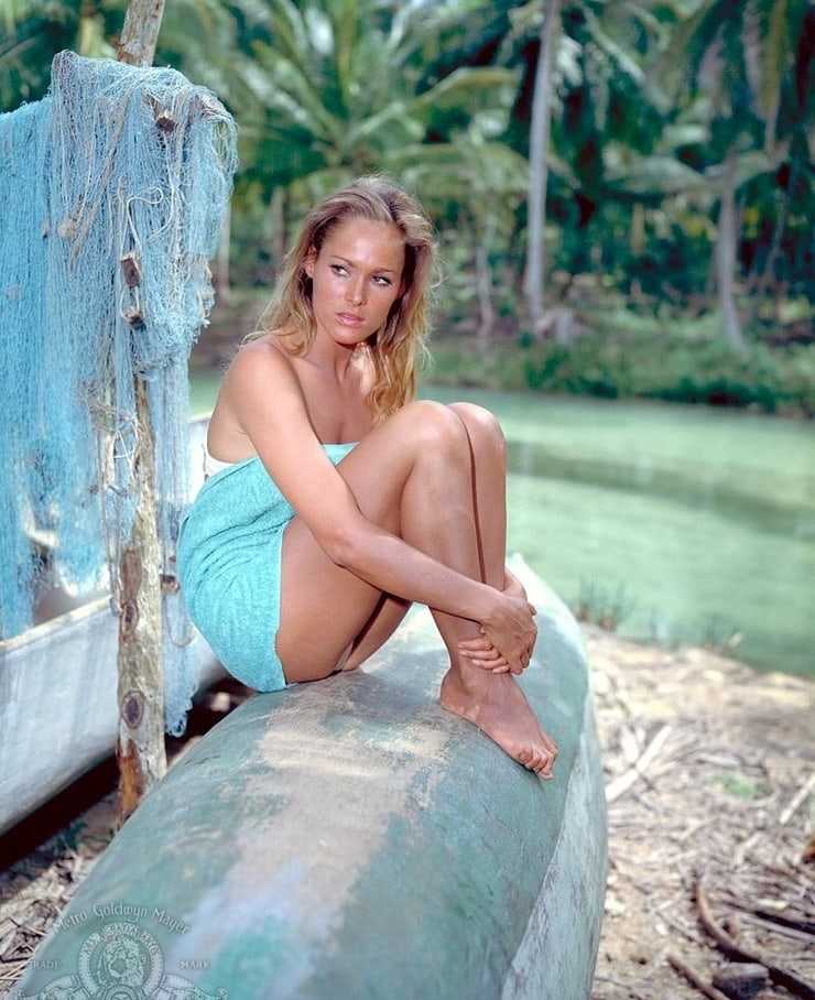 Ursula Andress sexy look pictures (2)